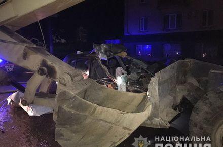 Вночі у Житомирі на вулиці, яку ремонтують, Nissan в'їхав у екскаватор, загинув 19-річний пасажир
