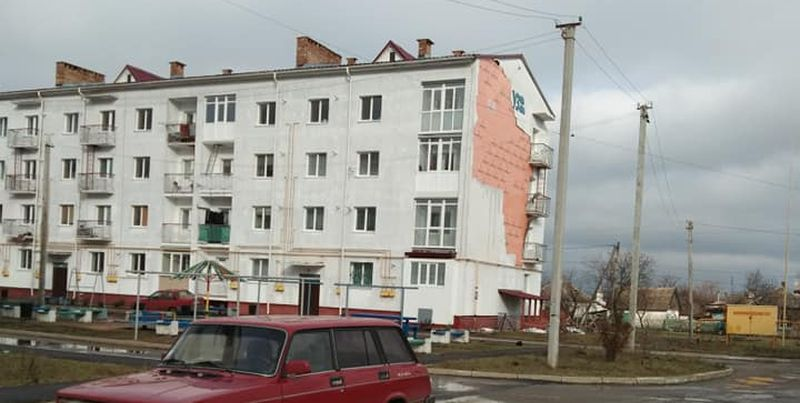 Дом для железнодорожников в Синельниково начал рушиться через два года после постройки (фото)