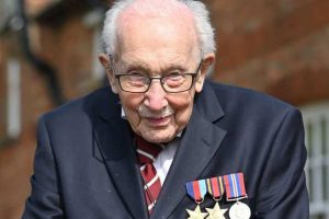 Історію життя 100-річного британського ветерана, який зібрав мільйони для медиків, екранізують