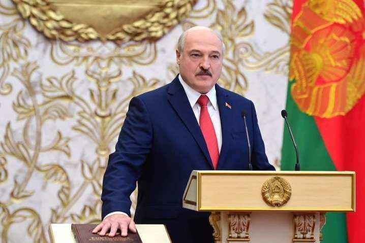 Лукашенко поклав «червону руку» на Конституцію (відео конфузу на інавгурації)