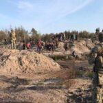 Похоже на кадры из боевика: под Ровно устроили облаву на копателей янтаря (видео)