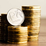 Курс российского рубля к евро упал до четырехлетнего минимума