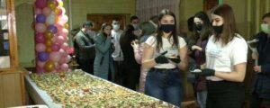 У Рівному студенти склали дівчатам 6-ти метровий бутерброд