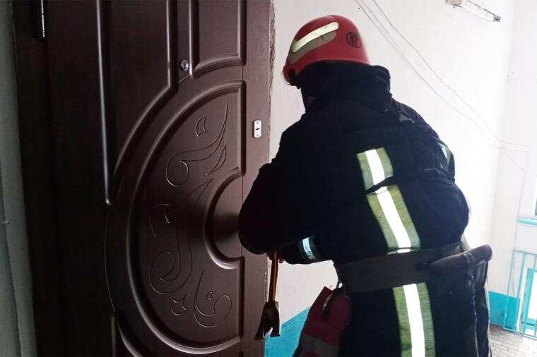 На Хмельниччині рятувальники відчинили двері квартири, де зачинилася 8-річна дівчинка