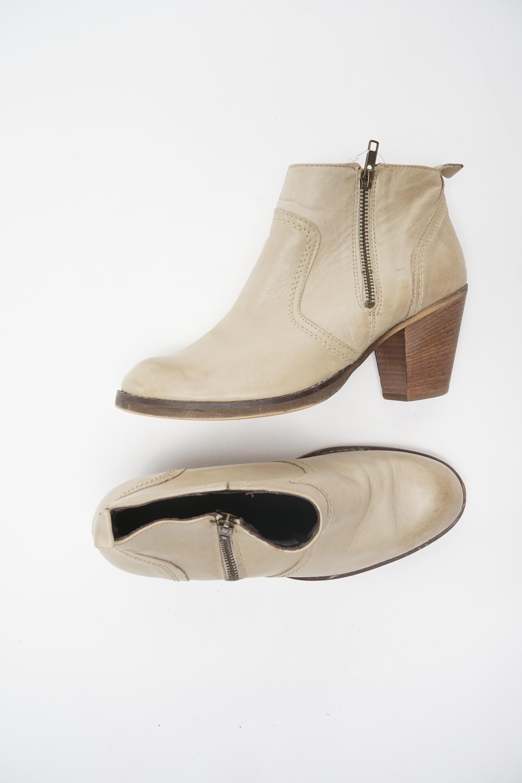 Akira Stiefel / Stiefelette / Boots Beige Gr.39
