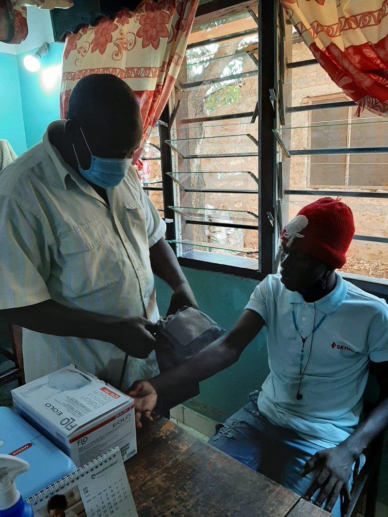 Dr. Bakari bei der Behandlung