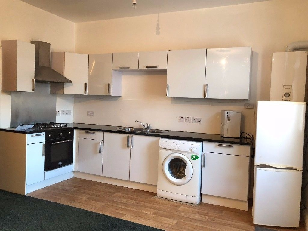 ***THREE BEDROOM FLAT IN SOUTH NORWOOD WITH PRIVATE BALCONY***