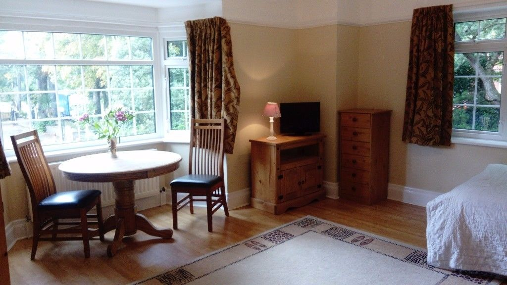 Stunning double ensuite room newly decorated and brand new bathroom. Rent inc bills, wifi