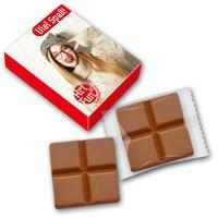 Schokoladentäfelchen in bedrucktem Karton
