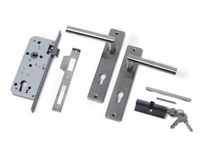 RVS deurklink met langschild en cilinderslot t.b.v. deuren op stalen frame.