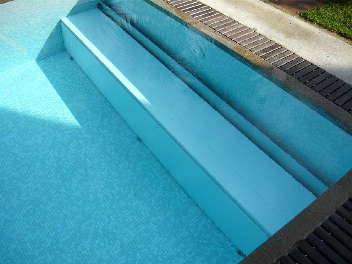 Panchina piscina immersa