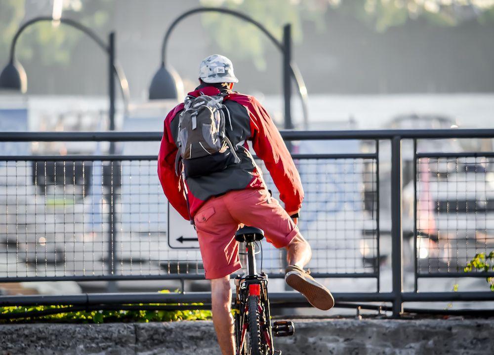 persona in bici bike sharing milano