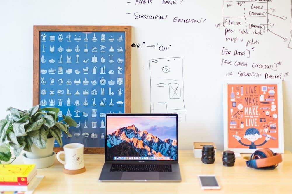 Scrivania ufficio organizzata e ben arredata