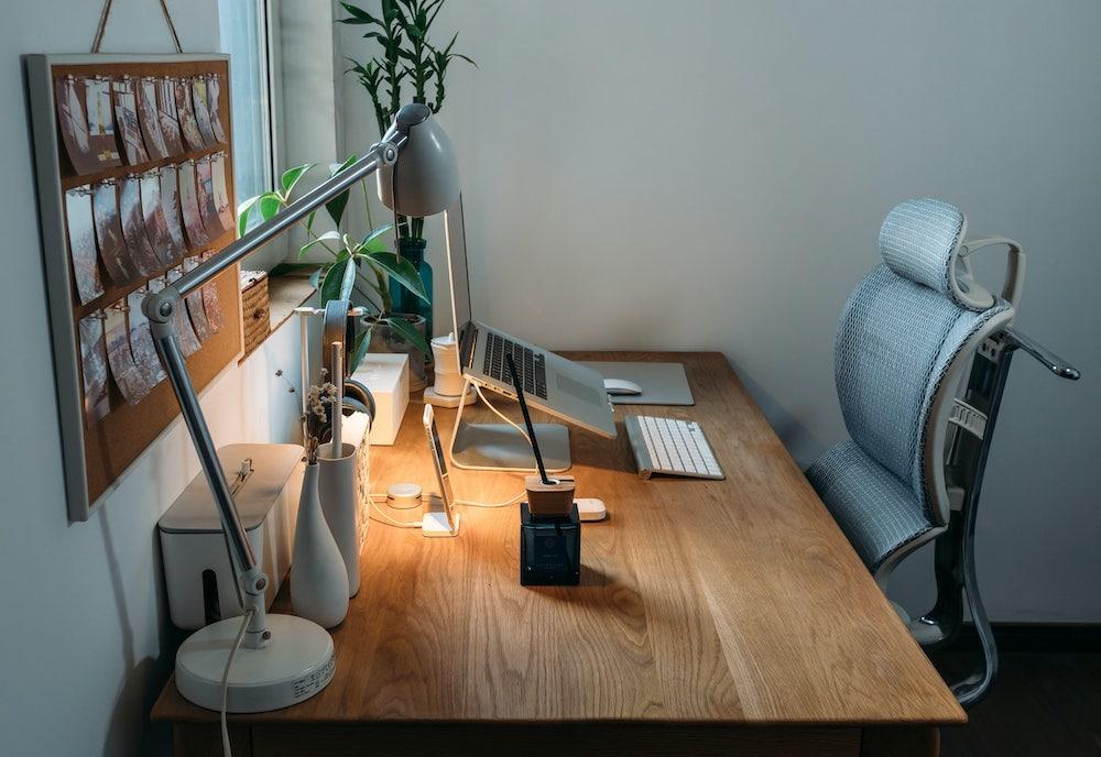 Sedia ergonomica e scrivania organizzata