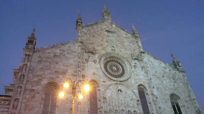Como Cathedral at night