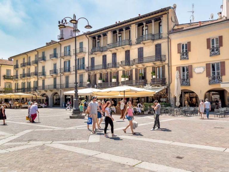 Como, Italy: Piazza Duomo
