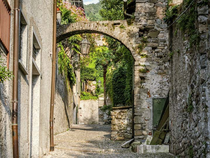 A cobbled alley in the town center of Varenna (picture: varennavilla.it)