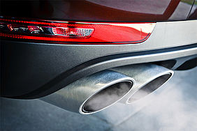 Abgas tritt aus dem Auspuff eines Autos aus.