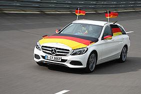 Mit Deutschlandflaggen geschmücktes Auto zur Fußball-WM 2018