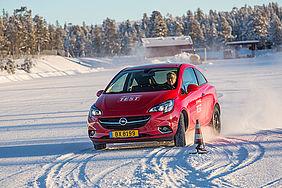 Auto fährt Kurve im Schnee