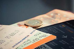 Tickets und Geld auf einem Tisch