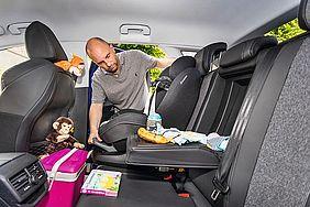 Einstellen des Kindersitzes im Auto