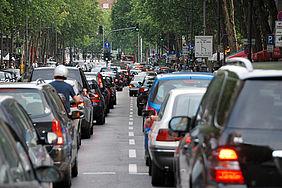 Hohes Autoaufkommen innerhalb einer Stadt.