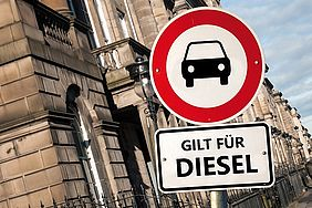 Fahrverbotsschild für Diesel-Pkw vor Gebäude