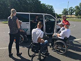 Rollstuhlfahrer testen technische Hilfsmittel für das Auto