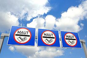 Schilder weisen auf Autobahnmaut hin.