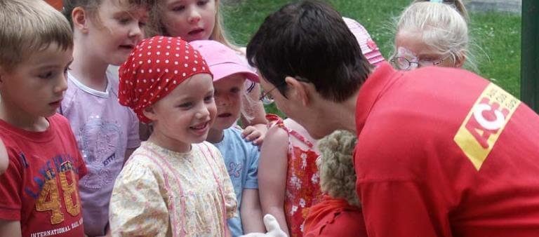 Kinder freuen sich über Clubaktion