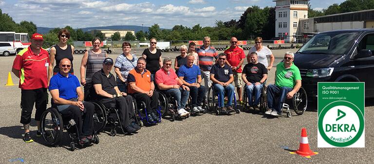 Gruppenbild Menschen im Rollstuhl und ihre Partner
