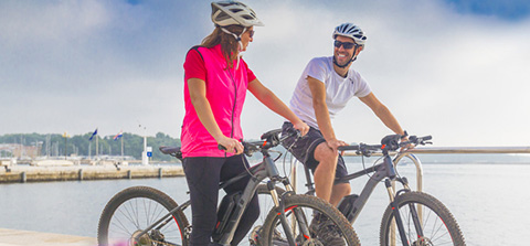 Pärchen im Urlaub mit E-Bike