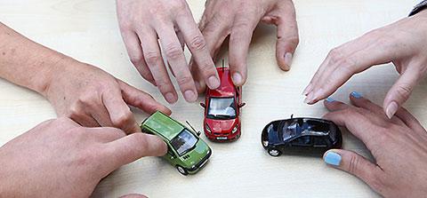 Menschen spielen mit Spielzeugautos