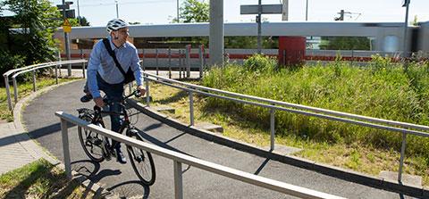 Mann auf dem Weg zur Arbeit steigt auf sein Fahrrad