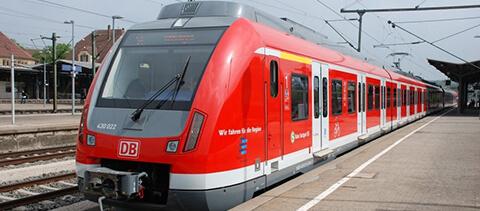 S-Bahn auf Bahnsteig