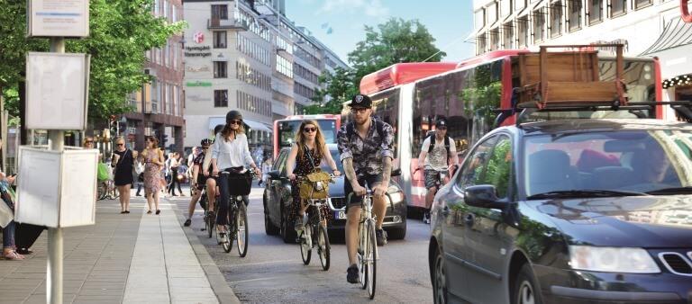 Verkehrssituation mit Bus, Fahrräder und Autos