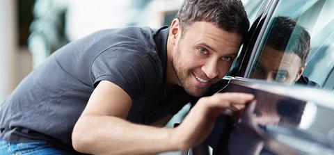 Mann untersucht ein Auto