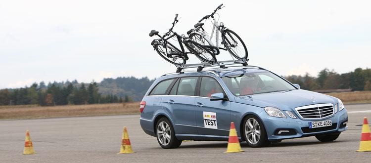Bei der Testfahrt hängen die Räder auf dem Fahrradträger schief