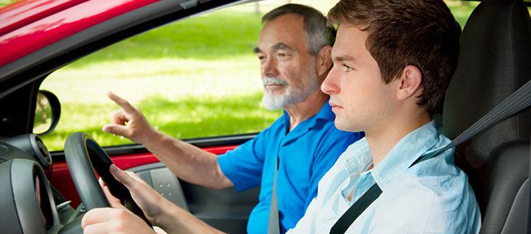 Fahrschüler und Fahrlehrer im Auto
