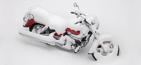 Von Schnee bedecktes Motorrad