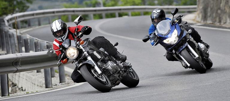 Zwei Motorradfahrer fahren schnell um eine Kurve