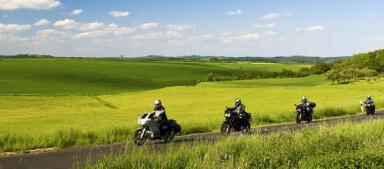 Motorradfahrer bei einer Ausfahrt durch Felder
