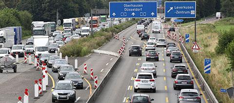 Autos auf der Autobahn bei einer Baustelle