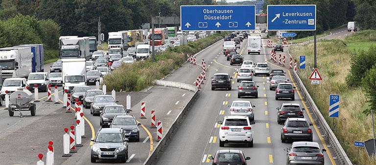 Autos auf einer Autobahn mit Baustelle
