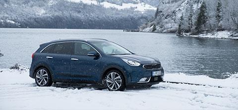 Ein Auto parkt im Winter an einem See