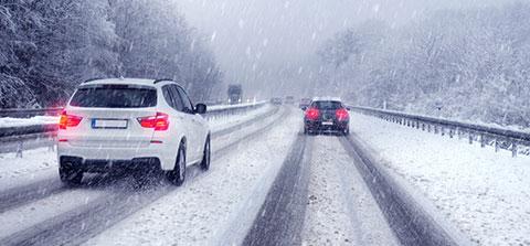 Autos bei Schneefall auf de Autobahn