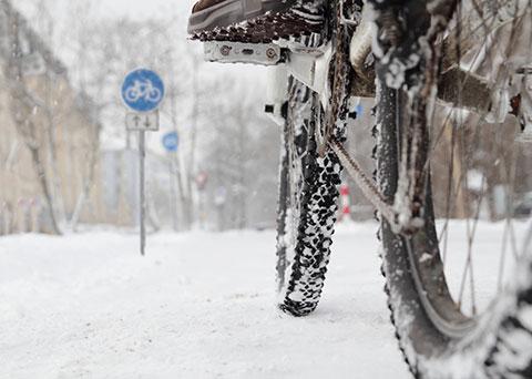 Jemand fährt mit einem Fahrrad durch Schnee