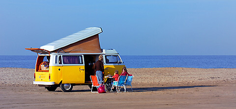 Familie campt am Meer