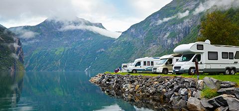 Mehrere Caravane am See